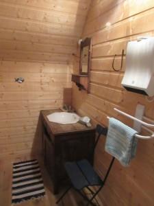 Salle d'eau attenante au dortoir du Gîte de la Boulangerie